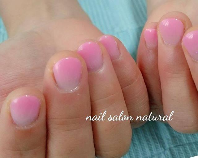 ショートネイルにピンクのグラデーションがふんわりと可愛...