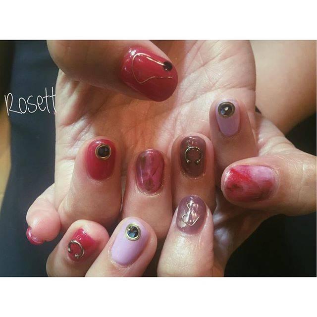 濃いめのピンクを基調にワイヤーやメタルパーツで飾られた...