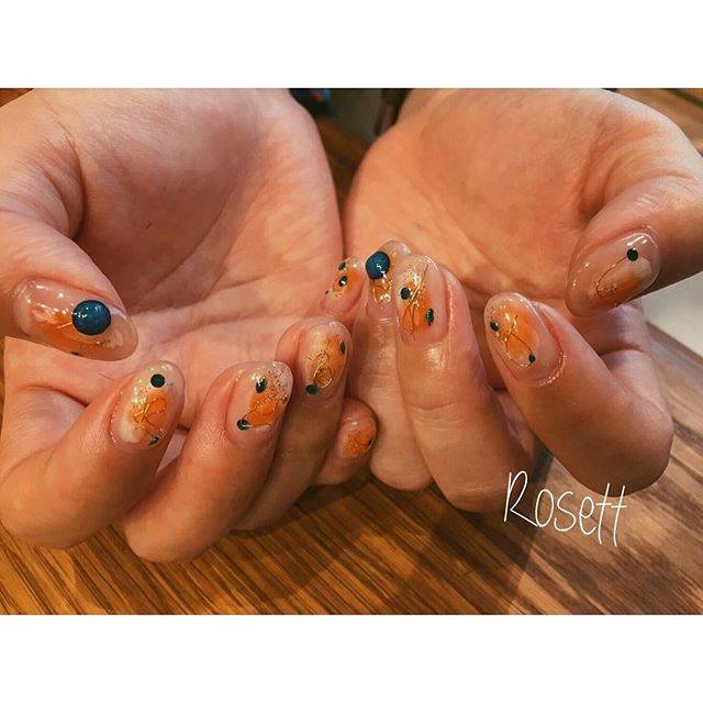 爪の真ん中にふわっとのったオレンジとその上のワイヤーが...