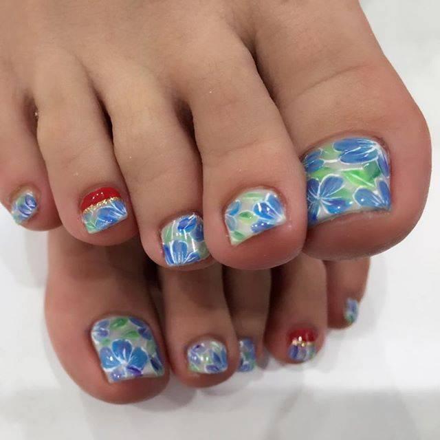 足の爪全面にたくさん描かれた青いお花がとってもキレイで...
