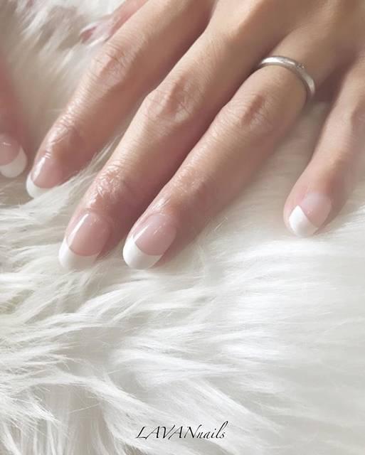 シンプルに正統派のフレンチネイルが新鮮で美しい♡指もす...