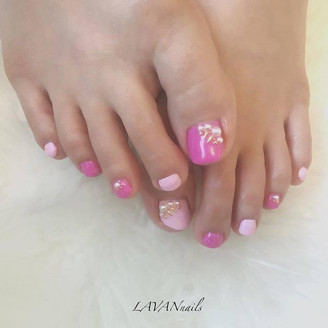 2色のピンクを使ったフットネイル♡オシャレに並べられた...