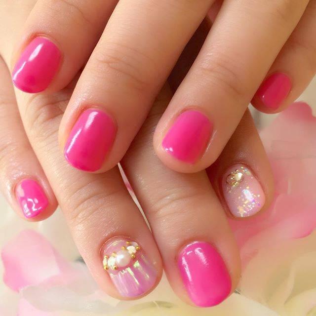 ビビッドピンクがショートネイルに印象的に映えています!...