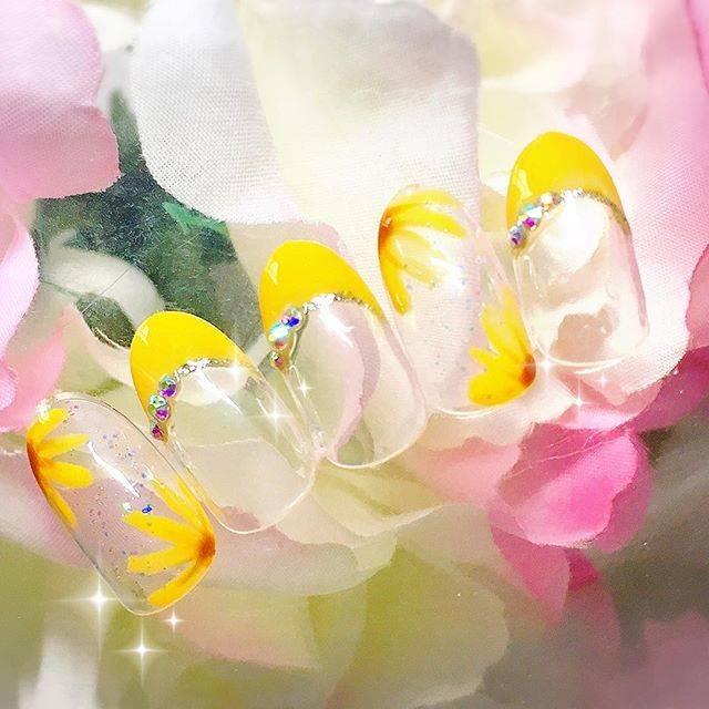 黄色が明るい印象のひまわりネイル♡同色のフレンチネイル...