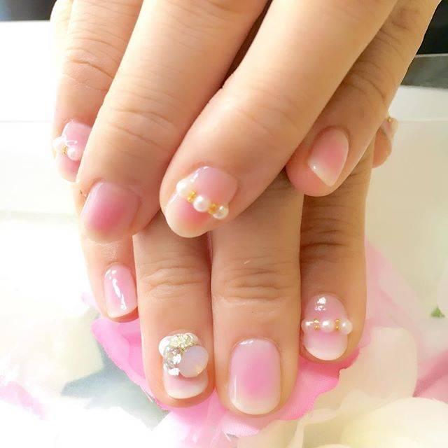 左右でピンクとパープルのふんわりチークネイル♡スワロフ...