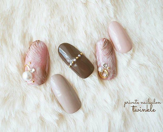 ピンク2色にブラウンで大人可愛いファーネイル。シルバー...