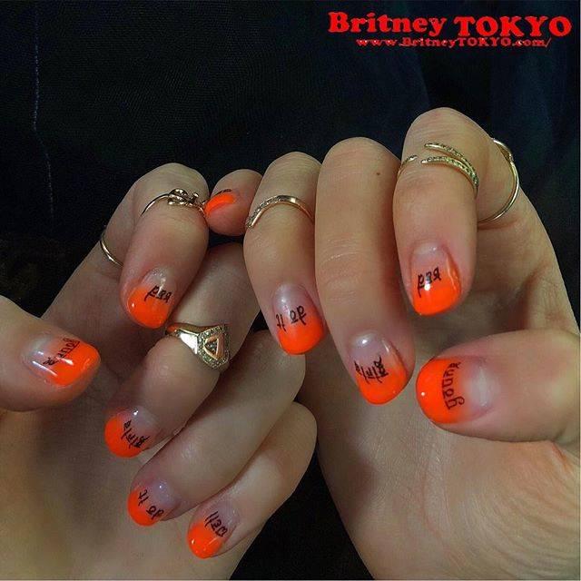 ショートネイルにネオンオレンジが鮮やかなグラデーション...