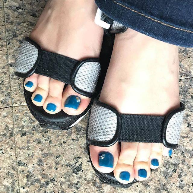 """Nail_i on Instagram: """"#フットネイル#ターコイズブルー#コバルトブルー#夏フットネイル#nail#foot#フットケア#spaluce#スパルーチェ#サンダル#宮崎ネイルサロン"""" (582230)"""