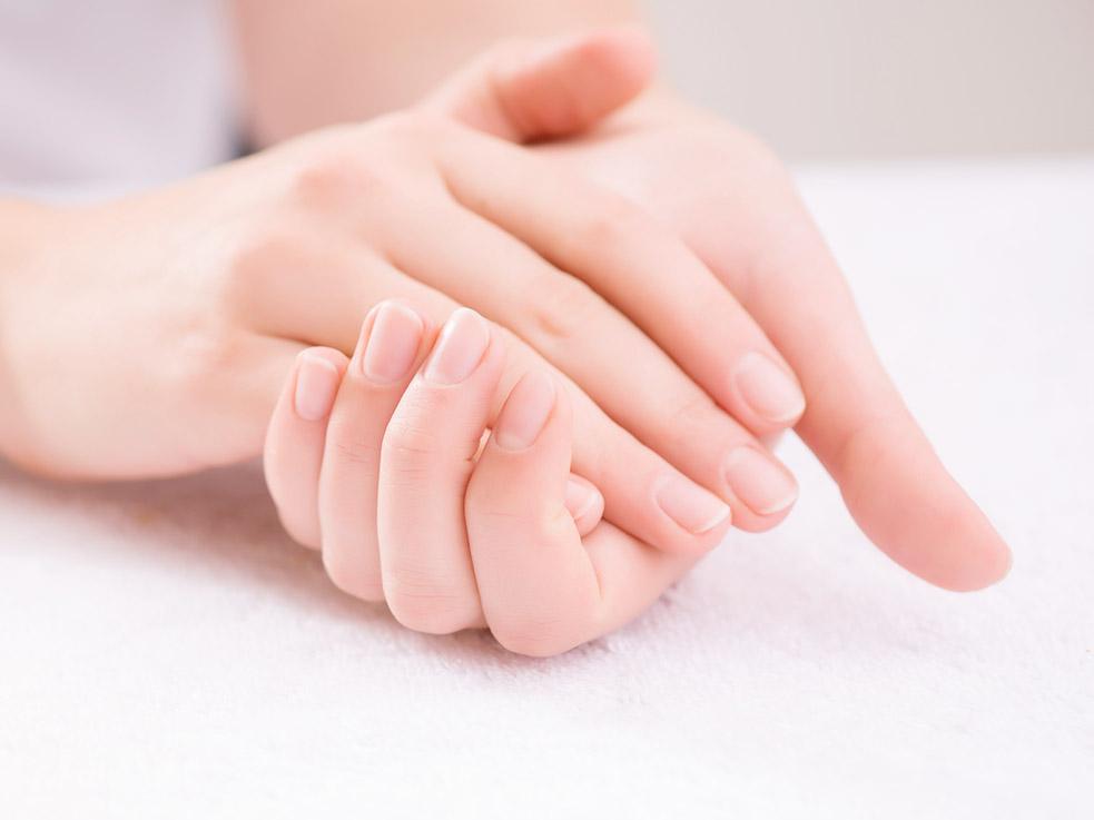 乾燥する手荒れからきれいな手と爪に!潤う保湿ハンドケア方法