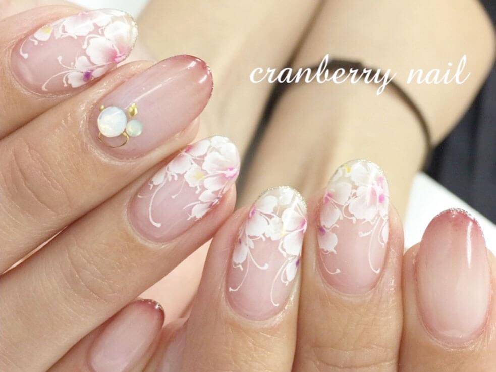指を細長く見せるポイント② 爪先にお花のデザインを入れる